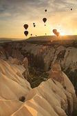 """Постер, картина, фотообои """"воздушном шаре над скалами в Каппадокии, Турция"""""""