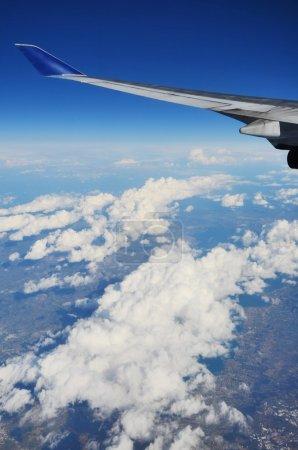 Photo pour Aile d'un avion et paysage terrestre - image libre de droit