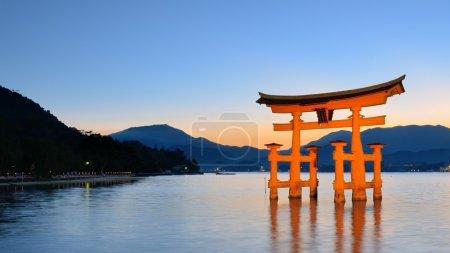 """Photo pour L'Itsukushima """"Flottant"""" Torii Gate au large des côtes de l'île de Miyajima, Japon - image libre de droit"""