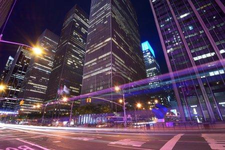 Photo pour Immeubles de bureaux dans la nuit le long de la 6e avenue à new york city. - image libre de droit