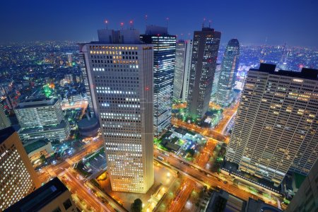 Photo pour Bâtiments financiers dans le quartier Shinjuku de Tokyo, Japon . - image libre de droit
