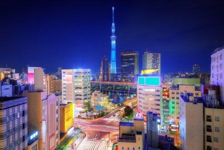 Photo pour Skyline depuis Asakusa et Tokyo Sky Tower à Tokyo, Japon . - image libre de droit