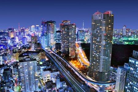 Photo pour Bâtiments denses à Minato-ku, Tokyo Japon avec Tokyo Sky tree visible à l'horizon . - image libre de droit