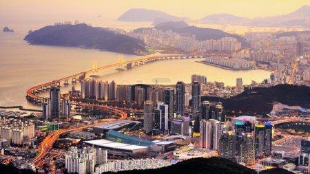 Photo pour Skyline de Busan, Corée du Sud la nuit . - image libre de droit
