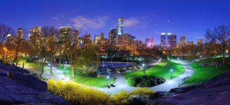 Photo pour Central park et le paysage urbain de la ville de new york - image libre de droit