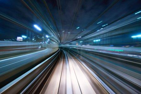 Photo pour Flou de mouvement d'une ville et d'un tunnel depuis l'intérieur d'un monorail en mouvement à Tokyo . - image libre de droit