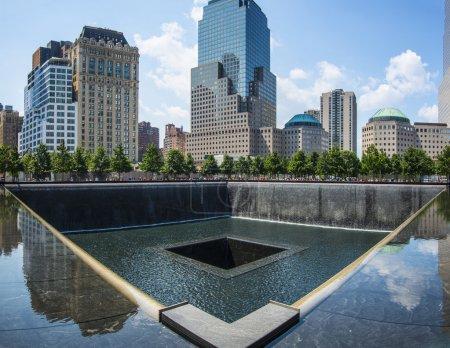 Photo pour New york city - 20 août : le 11 septembre national memorial 20 août 2013 à new york, ny. le Mémorial commémore les personnes tuées lors des attaques terroristes contre le world trade center - image libre de droit