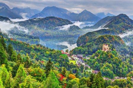 Photo pour Journée brumeuse dans les Alpes bavaroises près de Fussen, Allemagne . - image libre de droit
