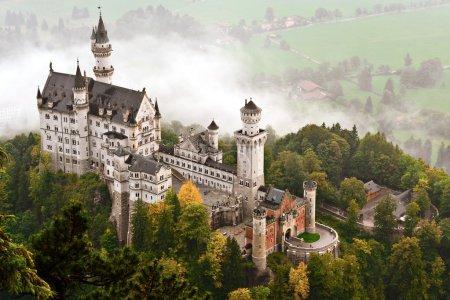 Photo pour Château de Neuschwanstein enveloppé dans la brume dans les Alpes bavaroises d'Allemagne. - image libre de droit