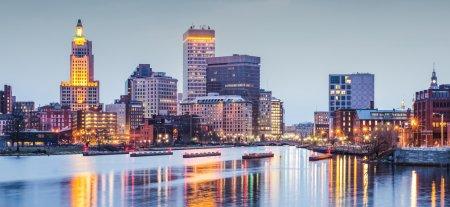 Photo pour Providence, Rhode Island paysage urbain du centre-ville vu de dessus la rivière Providence . - image libre de droit