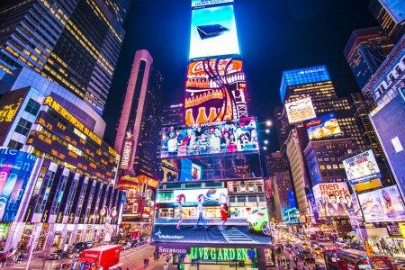 Photo pour New york, new york - 9 avril 2013 : lumières de times square de nuit à midtown manhattan. le site est considéré comme attraction touristique plus visitée de la planète avec presque 40 millions de visiteurs par an - image libre de droit