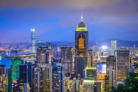 Photo pour Hong Kong, Chine skyline de la ville de Victoria Peak . - image libre de droit