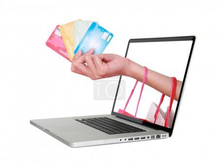Photo pour Main tenant carte de crédit et sac à provisions - image libre de droit