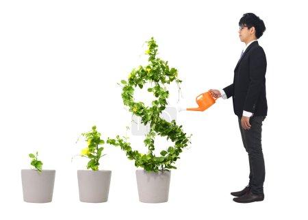 Photo pour Asie jeune homme d'affaires et l'eau orange peut (chemin dans le côté - image libre de droit