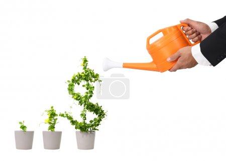 Photo pour Main homme d'affaires et l'eau orange peut (chemin dans le côté - image libre de droit