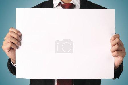 Photo pour Panneau indicateur blanc Business homme montrant, - image libre de droit