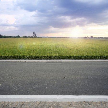 Photo pour Route côté comté vue arrière-plan - image libre de droit