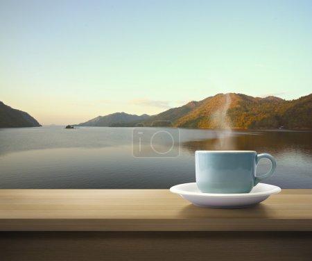 Photo pour Coupe sur table en bois vue montagne . - image libre de droit