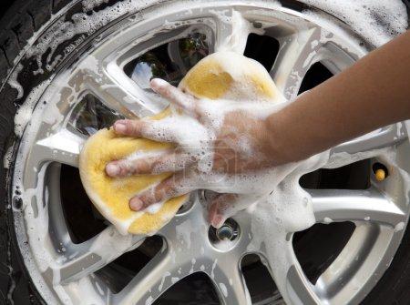 Photo pour Lavage de voiture avec éponge jaune - image libre de droit