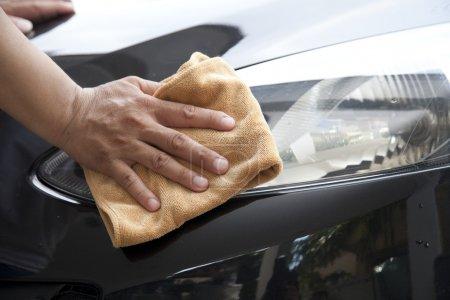 Photo pour Main avec chiffon microfibre voiture de nettoyage . - image libre de droit