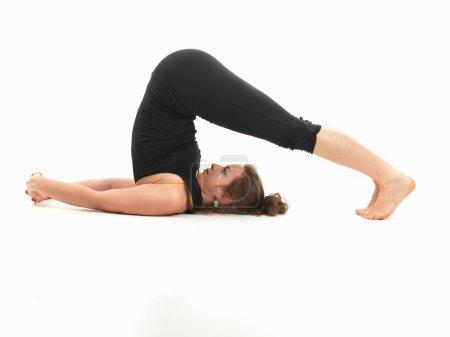 Photo pour Belle jeune femme dans la posture d'yoga inversé - image libre de droit