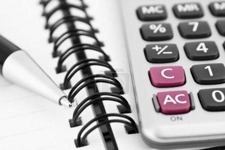 Photo pour Concept d'entreprise avec ordinateur portable, calculatrice et stylo - image libre de droit