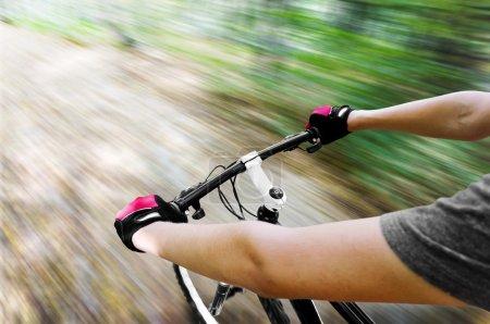 Photo pour VTT descendant la colline descendant rapidement. Vue des yeux des motards. Mouvement flou - image libre de droit