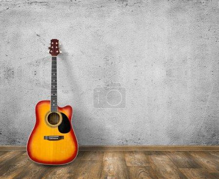 Photo pour Guitare en fond de salle vide vide - image libre de droit