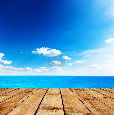Photo pour Seascape beauté sous ciel nuages bleu. vue depuis la jetée - image libre de droit