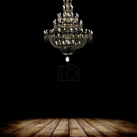 Photo pour Image de grunge chambre noire intérieur avec plancher de bois et de lustre. fond - image libre de droit