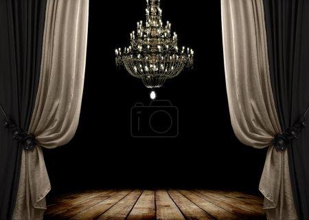 Foto de Imagen del interior del cuarto oscuro de grunge con piso de madera y lámpara de araña. Fondo - Imagen libre de derechos