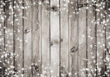 Foto de La textura de madera marrón con nieve blanca y estrellas. Fondo de Navidad - Imagen libre de derechos