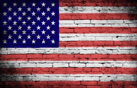 Photo pour Grunge drapeau des États-Unis sur fond de mur de briques - image libre de droit