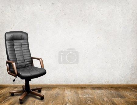 Photo pour Fauteuil en cuir noir dans la chambre. Contexte commercial - image libre de droit