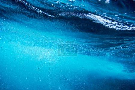 Photo pour Fond de la mer avec vague d'eau bleue fond éclaboussure - image libre de droit