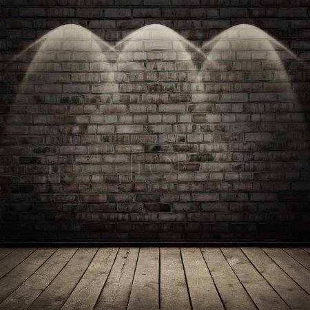 Photo pour Chambre sombre avec plancher en bois et fond mural en brique - image libre de droit
