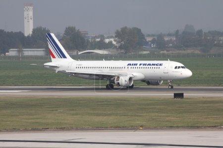Photo pour BOLOGNA - 16 OCTOBRE : Airbus 320 d'Air France le 16 octobre 2010 à l'aéroport international de Bologne. Le 8 novembre 2010, il a été annoncé que l'AF parmi 12 autres compagnies aériennes sera condamnée à une amende pour avoir fixé les prix du fret . - image libre de droit