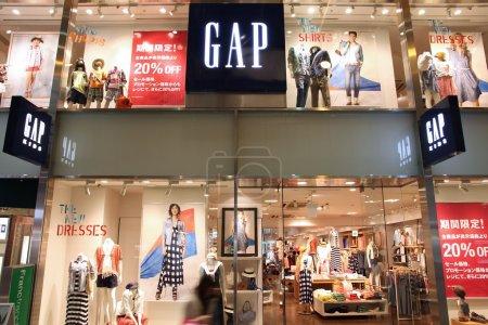 Photo pour Kobe, Japon - 23 avril : clients visitez le magasin gap sur 23 avril 2012 à kobe, Japon. écart de détaillant de mode existe depuis 1969, a 3 076 magasins dans le monde entier et emploie plus de 133 000 personnes. - image libre de droit