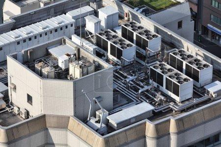 Photo pour Bouches de climatisation industrielle et d'unités de ventilation de l'échappement. dessus de toit de gratte-ciel à tokyo, Japon. - image libre de droit