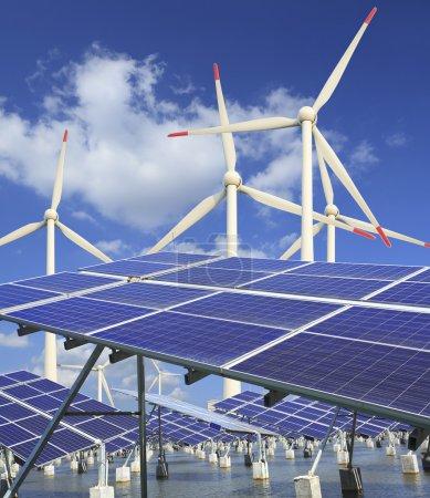 Foto de Central eléctrica que utiliza energía solar renovable con sol y turbina eólica - Imagen libre de derechos