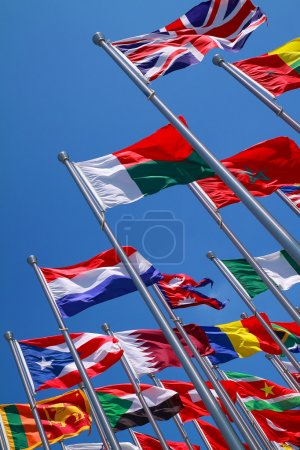 Photo pour Drapeaux de toutes les nations du monde sont en bleu sans nuages - image libre de droit
