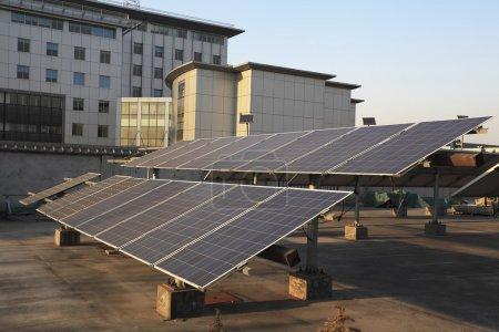 Foto de Edificios el techo utilizando la planta de energía solar renovable - Imagen libre de derechos