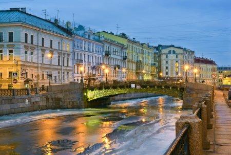 Photo pour Hiver dégèle. berge de rivière Moika. Saint-Pétersbourg, Russie - image libre de droit