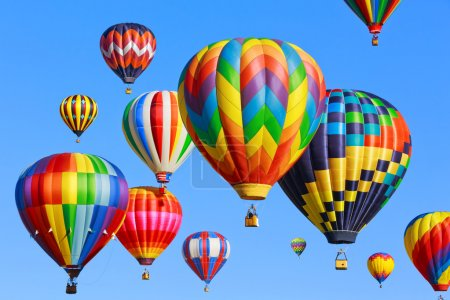 Photo pour Montgolfières colorées d'air chaud sur le ciel bleu - image libre de droit