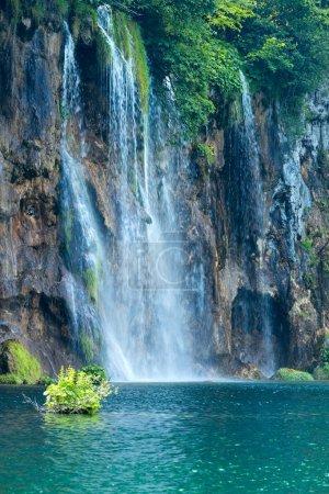 Photo pour Vue estivale d'une grande cascade dans le parc national des lacs de Plitvice (Croatie) ) - image libre de droit