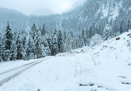 Photo pour Paysage montagneux hivernal couvert des Alpes avec route de campagne et chutes de neige (Autriche, Tyrol ). - image libre de droit