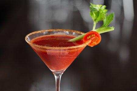 Photo pour Gros plan d'un bloody mary cocktail isolé sur une année chargée bar haut - image libre de droit