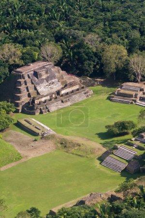 Photo pour Vue aérienne d'altun ha, maya dans les ruines de la jungle tropicale du belize - image libre de droit