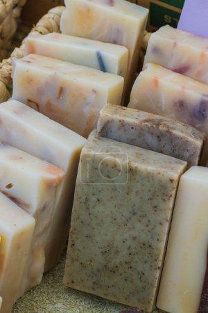 Photo pour Savon avec une variété d'ingrédients pour les vendre au marché local à la main - image libre de droit