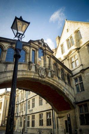 Photo pour Le célèbre pont des soupirs reliant Hertford College et New College Lane à Oxford - image libre de droit